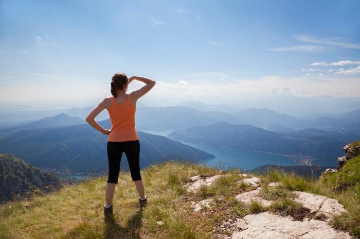 fazendo trilhas e viajar sozinho