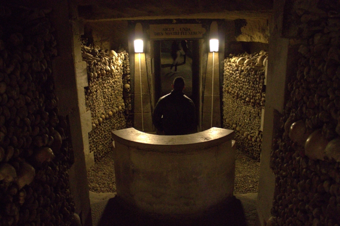 atrações turísticas mais sujas esqueletos catacumbas paris