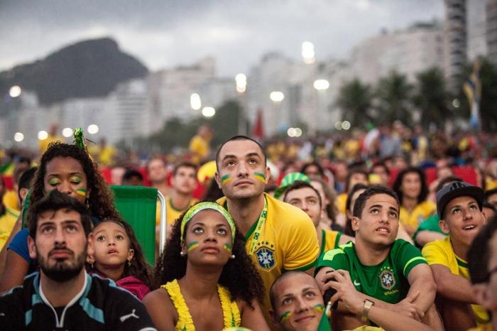 SUPPORTERS, COUPE DU MONDE DE FOOTBALL 2014. DES SUPPORTERS BRESILIENS REGARDENT LE MATCH D'OUVERTURE BRESIL-CROATIE, SUR UN ECRAN GEANT SUR LA PLAGE DE COPACABANA. RIO DE JANEIRO, BRESIL, 12 JUIN 2014.